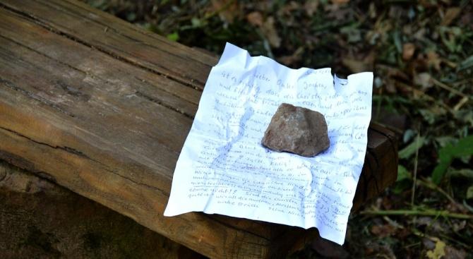 Изгубено семейство катерачи се спаси с писмо в бутилка