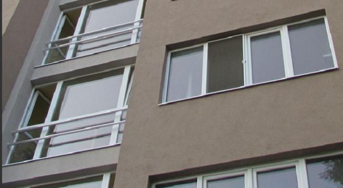 Жена падна от 6-я етаж, борят се за живота ѝ