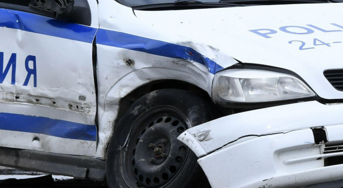 Моторист не спря за проверка, блъсна патрулка и полицай