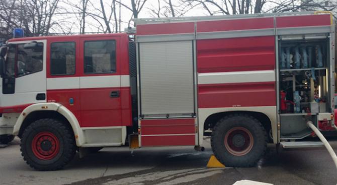 Товарен автомобил горя на главен път Е-83