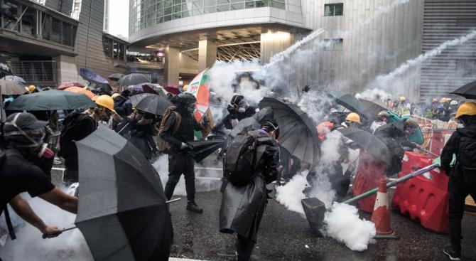 Протести, лютив спрей и напрежение в Хонконг
