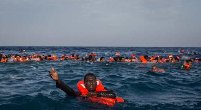 Албански кораб спаси 111 мигранти в Егейско море