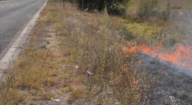 Пожар ограничава движението по пътя Стара Загора - Чирпан