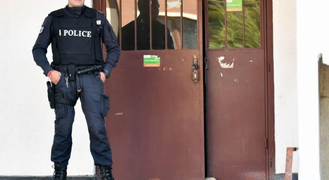 """Полицаи изведоха барикадиралия се в дома си мъж в кв. """"Овча купел"""""""