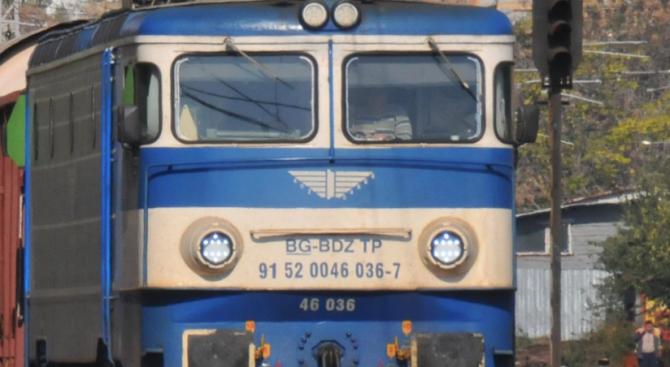 Бързият влак от Бургас за София се удари в камъни край Твърдица
