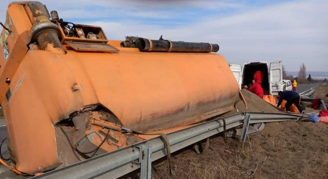 Затварят отсечката Ветрен - Бургас заради обърнал се ТИР