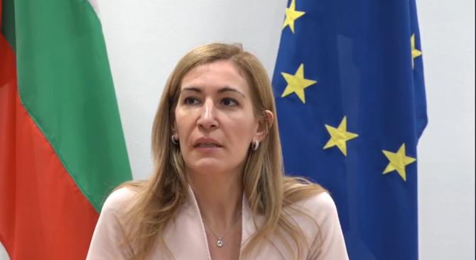 """Ангелкова: Застраховател поема разходите за прибирането на туристите от фалиралия """"Томас Кук"""""""