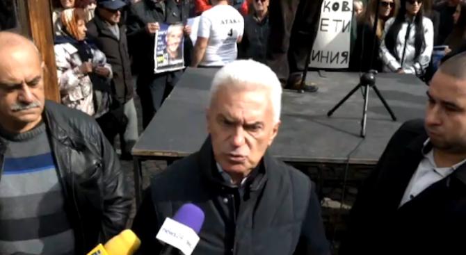 Волен Сидеров събра привърженици на нов протест пред БНТ