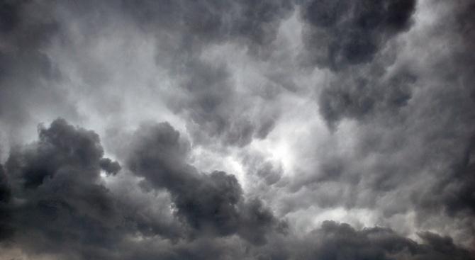 Времето днес: Хладно, на места с валежи