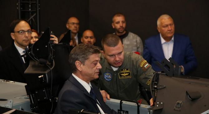 Ген. Константин Попов демонстрира елементи от висшия пилотаж на новия тренажор на самолет PC-9M