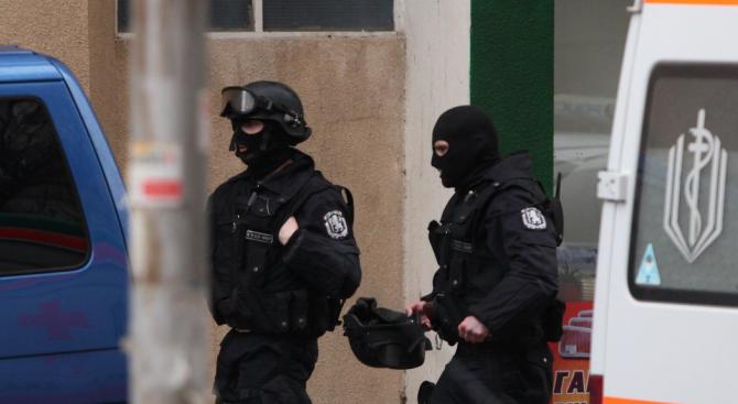 Предполагаемият убиец на фелдшера в Орешник се барикадира