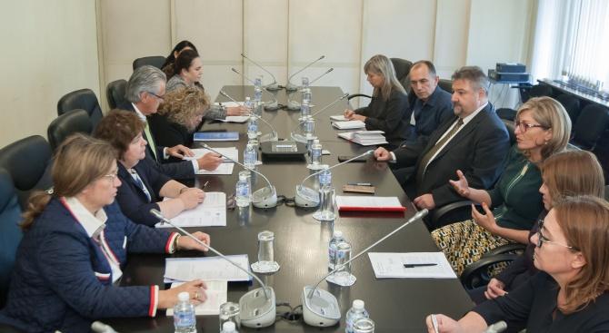 Екатерина Захариева инициира среща по повод консулските заверки в чужбина