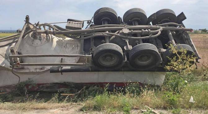 Камион с жито се е преобърнал и запалил по пътя Къпиновци-Лъвино