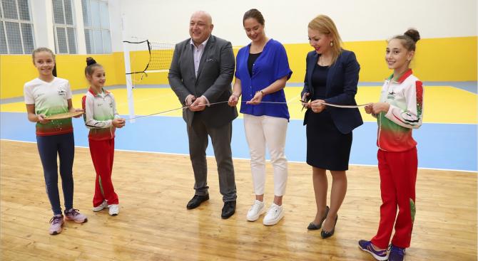 """Министър Кралев откри обновената зала """"Дружба"""" в Перник"""