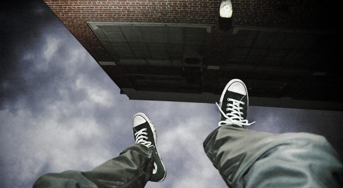 Жена спипа крадци у тях, единият скочи от терасата