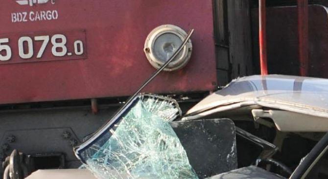 Влак удари кола на жп прелез край София, една жена е загинала
