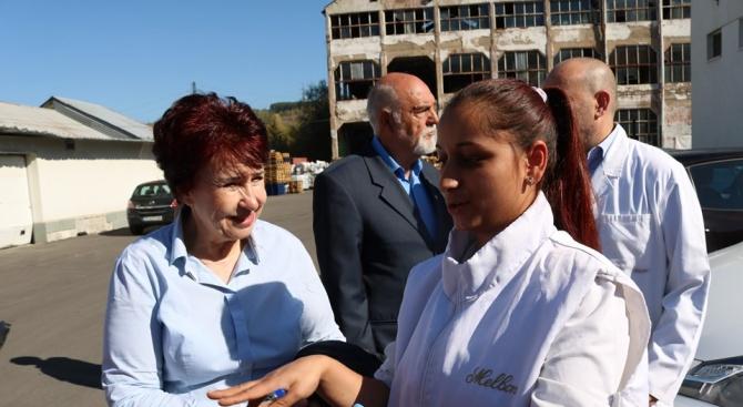 Вяра Церовска представи своята програма пред работещите в две големи фирми в Перник
