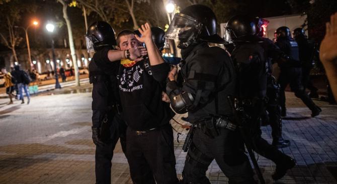 Сблъсъци между полиция и протестиращи в Барселона, четирима са задържани