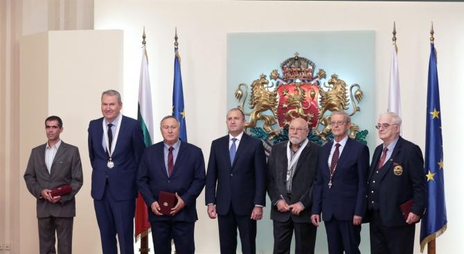 Румен Радев връчи висши държавни отличия на шестима изтъкнати българи