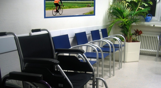 Фирми, наемащи хора с увреждания, плащат такси на държавата