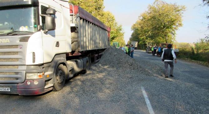 Камиони засипаха със слънчоглед пътя Русе - Силистра
