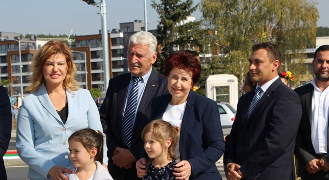 """Кандидатът за кмет на Перник Вяра Церовска уважи официалното откриване на новото кръгово кръстовище на входа на квартал """"Изток"""""""