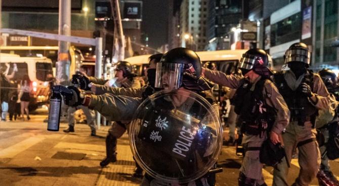 Хонгонгската полиция използва водни оръдия срещу протестиращите