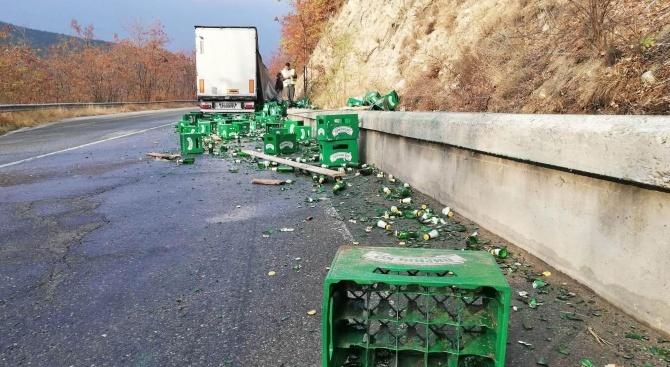 Камион разпиля бира на пътя край село Бараково