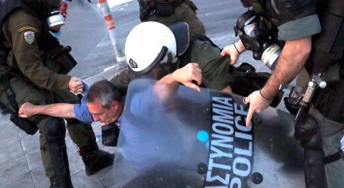 Атина: Бой и газ