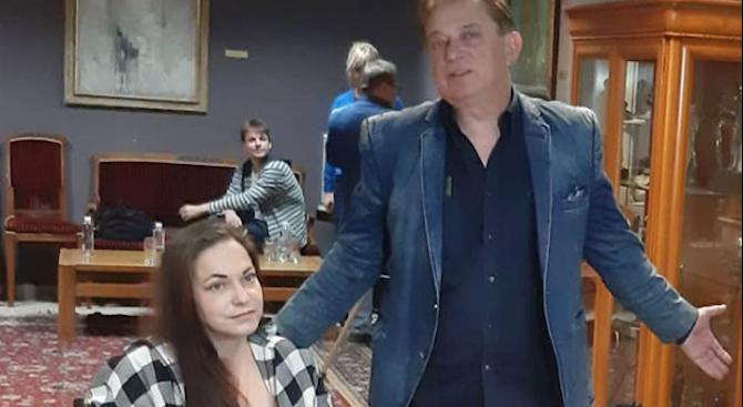 Актьорът Михаил Петров дари 4500 лв. за инвалидна количка на своя колега