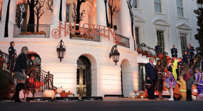 Доналд и Мелания Тръмп раздадоха бонбони за Хелоуин на децата на парти в Белия дом