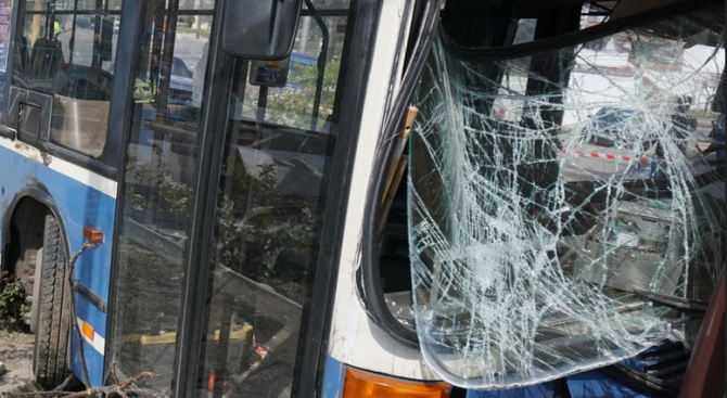 Автобус се блъсна в дърво в Пловдив