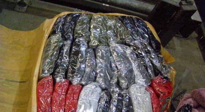 Спипаха голямо количество контрабандни дрехи и парфюми на Дунав мост