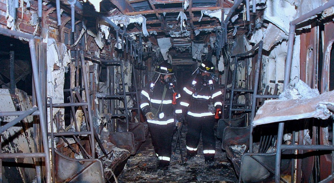 Най-малко 65 души загинаха при пожара във влак в Пакистан