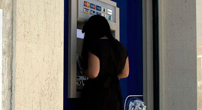 44-годишна открадна дебитната карта на баба и източи пари