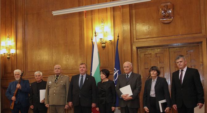 Красимир Каракачанов награди изтъкнати българи по повод Деня на народните будители