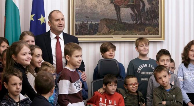 Румен Радев отстъпи стола си на ученици от Хисаря в деня на отворени врати на Администрацията на президента