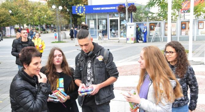Младежи раздаваха книги в Деня на народните будители