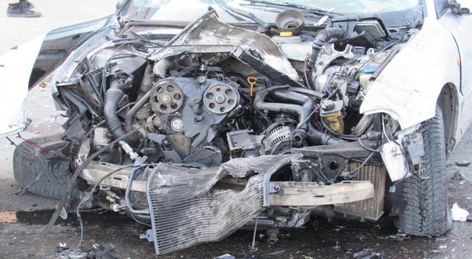 Катастрофа между две коли затруднява движението по главен път София - Варна, пострадали са двама