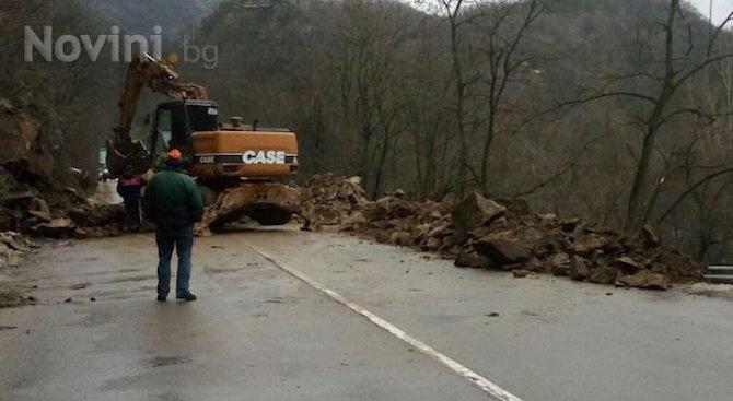 Повишена е опасността от падащи камъни в Кресненското дефиле и в района на проходите Предел и Папаз Чаир