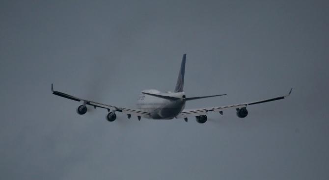 Самолет с над 80 души на борда поиска аварийно кацане на руско летище