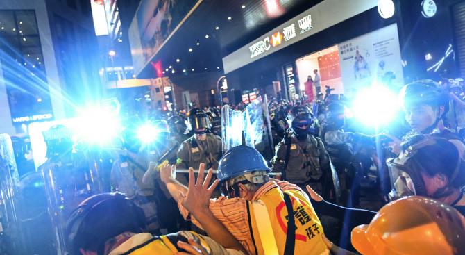 Пореден уикенд на протести и сблъсъци в Хонконг