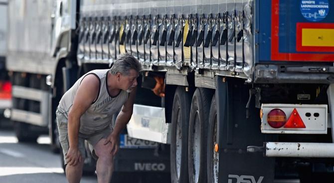 Откриха 31 пакистанци в камион във Франция