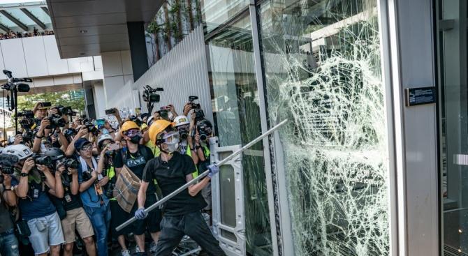 Антиправителствени демонстранти атакуваха офиса на китайската агенция Синхуа в Хонконг