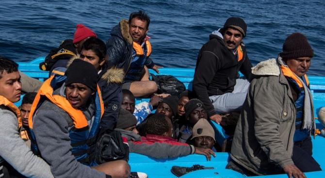 Гръцките власти продължават да прехвърлят мигранти от островите на континентална Гърция