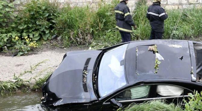Кола падна в коритото на река Лева