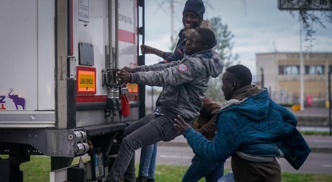 Камионът, в който гръцката полиция откри 41 мигранти, е с българска регистрация