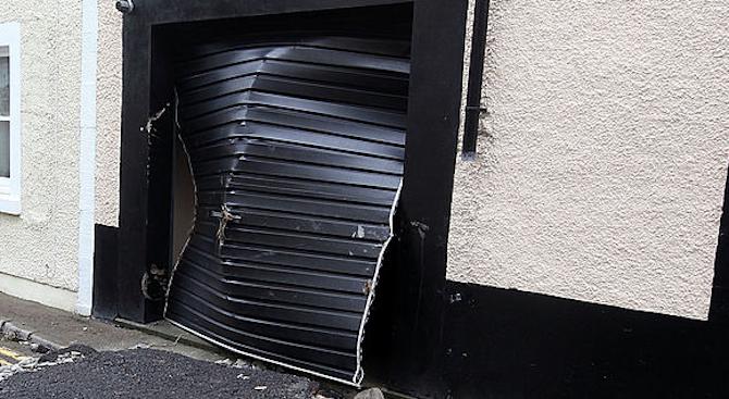 Шофьор заби колата си в гараж в Банско