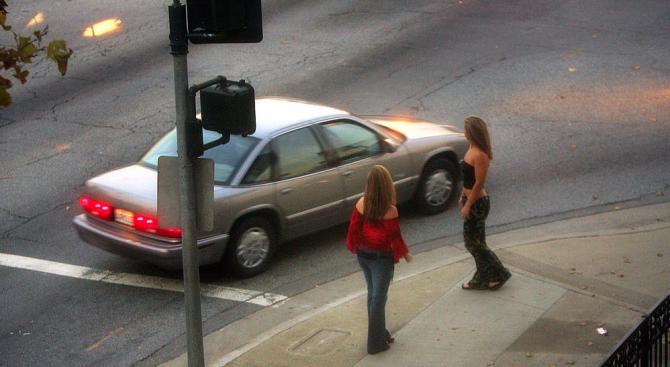 Момиче призна: Накарах 14-годишната ми братовчедка да проституираме, изкарахме по 80 евро