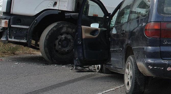 Катастрофа между товарен автомобил и кола: Има ранен